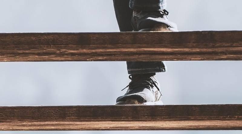 El niño de la escalera-MarchandoReligion.es
