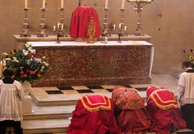 los católicos deben arrodillarse