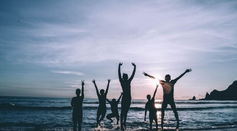 Normas cristianas. Evitar la excesiva diversión en los jóvenes-MarchandoReligion.es